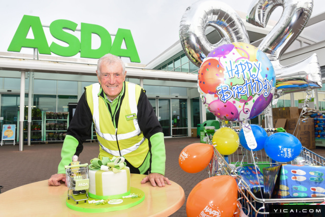 """2017年8月10日报道,何谓老当益壮?家住英国大曼彻斯特的布罗根(Tom Brogan)老爷爷就是一个好例子,92岁的他现在每周在超市工作3天,并因此成为全英国最年长的超市""""打工仔""""。"""