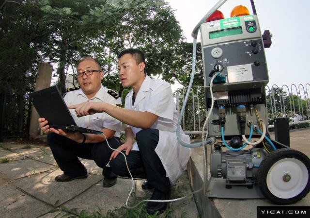 2017年8月7日,在山东烟台国家放射性检测重点实验室,科研人员正在进行检测和实验。