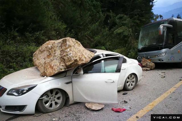 2017年08月08日21时19分46秒在四川阿坝州九寨沟县(北纬33.2度,东经103.82度)发生7级地震,震源深度20千米。记者直击九寨沟地震现场:轿车被滚落石块砸到变形,公路出现明显裂缝。图为一辆白色轿车被巨石压着。