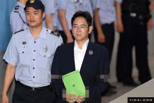 当地时间2017年8月7日下午2时,韩国三星电子副会长李在镕和几名前三星集团高管行贿案终审,在首尔中央地方法院举行。特检组在终审中,请求法院对李在镕判处有期徒刑12年,对其他几名三星前高管分别判处7年有期徒刑和10年有期徒刑。