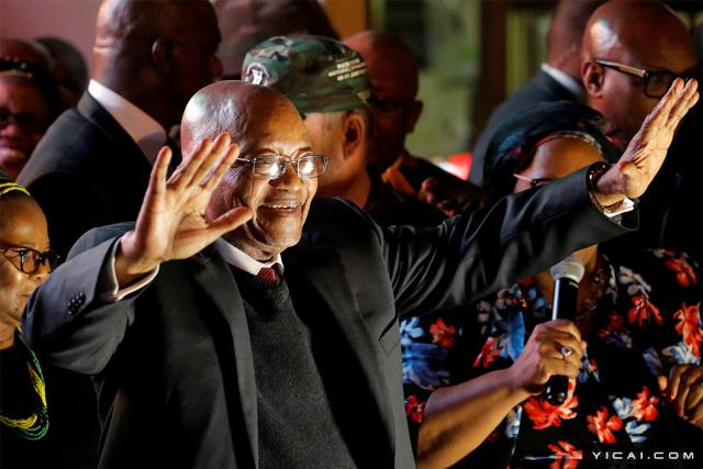 当地时间2017年8月8日,南非开普敦,南非总统祖马在不信任投票中胜出后与支持者庆祝。
