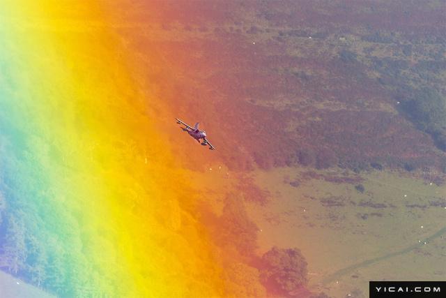 2017年8月7日报道,一位摄影师在旅行至英国威尔士的布雷肯比肯斯山(Brecon Beacons)时,竟意外拍摄到了英国皇家空军GR4龙卷风战斗轰炸机(RAF GR4 Tornado)穿越彩虹的罕见画面,背景中还还有羊群散落草场的画面,令人感叹。