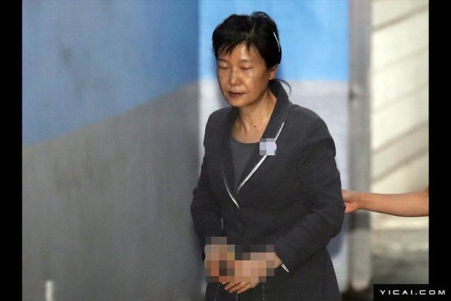 当地时间2017年8月10日,韩国首尔,韩国前总统朴槿惠被押往首尔中央地方法院,继续出庭受审。