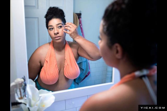 """2017年8月7日报道,国外最近出现一种叫做Ta-Ta Towel的""""毛巾胸罩"""",它的外型和传统的胸罩有很大的不同,是采用一种有弹性的材质来包覆并吊住乳房,主打穿脱简单,舒适吸汗。由于胸部太小的人可能穿不下,所以这项发明也被许多人戏称为""""巨乳的吊床""""。Ta-Ta Towel穿脱容易,只要各把胸部塞进弹性罩里,就穿好了,许多人认为对哺乳母亲相当适合,也有不少人对它的舒适度相当赞赏,不过最多的还是各种批评,""""丑爆了,而且还很蠢!"""""""