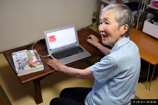 """活到老学到老!82岁日本奶奶成最年长程序员,库克都被她折服。图为当地时间2017年7月13日,日本神奈川县藤泽,82岁的若宫雅子接受采访。若宫雅子是一名银行退休职员,22年前,60岁的若宫第一次接触到电脑,从此开始了码农之路。在朋友的指导和自己的努力钻研后,花了半年时间她就开发出了一个App。这是一款名叫""""hinadan""""的游戏应用。"""