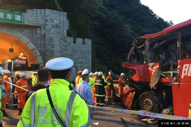 2017年8月10日23时34分,西安-汉中高速一客运发生事故已经导致36死13伤。初步了解,事故发生在10日23时34分,事故车辆为河南经营的一辆客运车,从成都发往洛阳,在途经西汉高速秦岭隧道时,因撞到隧道墙壁发生事故,事故造成36人死亡,13人受伤,伤者已被紧急送医。图为事发现场。