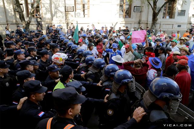 当地时间2017年8月8日,巴拉圭亚松森,农民上街游行,要求免去农民的债务。