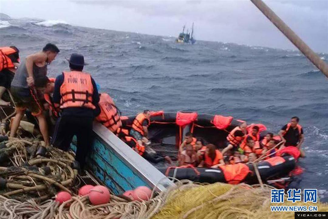 图为7月5日,在泰国普吉府普吉岛附近海域,翻船事故中游客被救起.