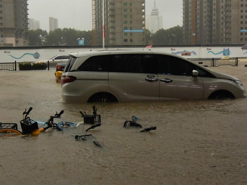 """郑州气象局连发预警建议,市民当天为何未见""""停课、停业""""?"""