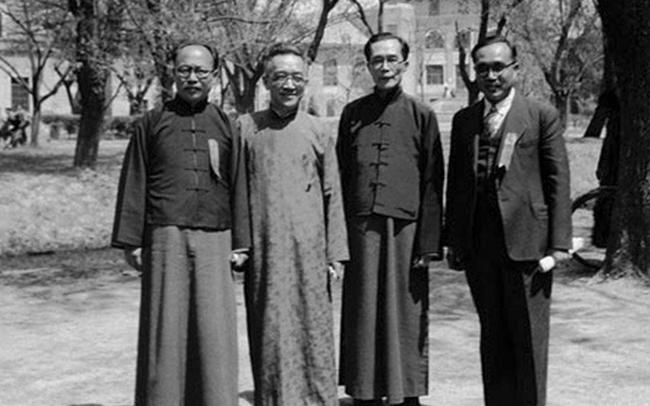 1947年4月27日,清华大学36周年校庆。左一为原西南联大训导长、昆明师范学院院长查良钊,左二为北京大私塾长胡适,左三为原西南联大校务委员会主席、清华大私塾长梅贻琦,左四为南开大学秘书长黄钰生。