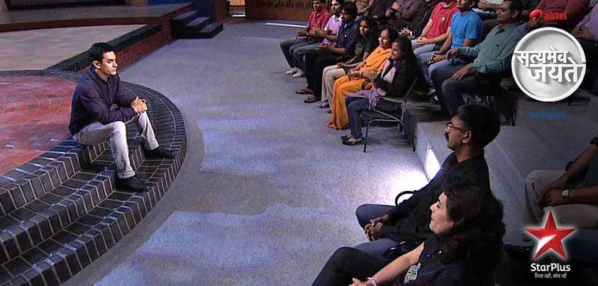 2012年,阿米尔·汗主持了一档名为《真相访谈》的民生电视节目。某种程度上,《神秘巨星》是《真相访谈》中出现的那些社会乱象的浓缩。 图片来源:网络