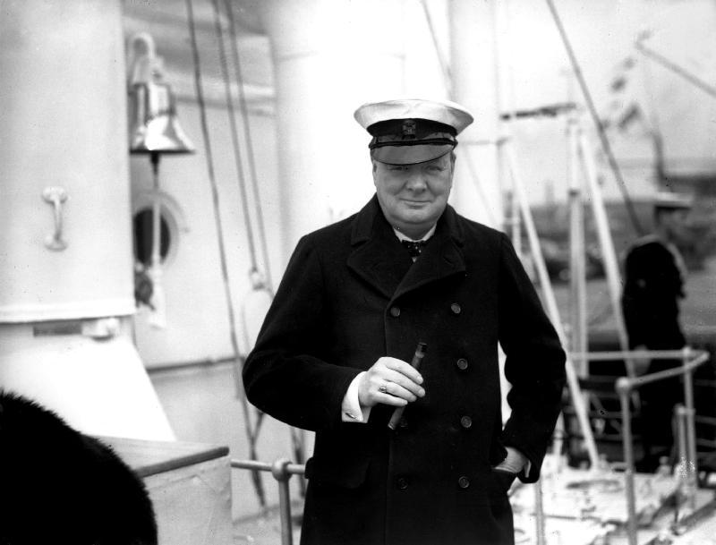 丘吉尔在英国斯皮特海德(Spithead)检阅英国皇家海军舰队。来源网络