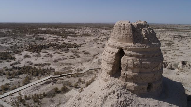 塔尔寺遗址大佛殿台基南部有一座大塔,直径约5 米, 塔高14.5 米。该寺原名阿育王寺,玄奘曾在这里讲经说法。