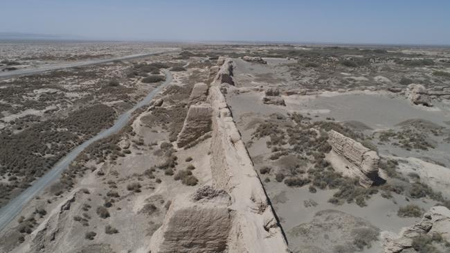 锁阳城城墙筑有马面,为墙垣上加设的墩台,一共24座。 马面不仅可起到支撑墙段的作用,还可以让守军从正面、 侧面几个不同的方向上迎击攻城敌军。