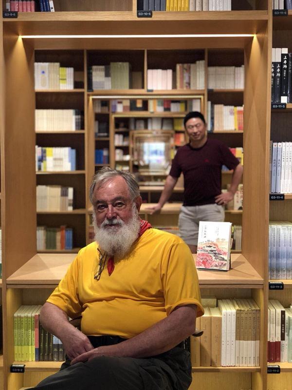比尔·波特和李昕。李昕是新书《一念桃花源》的译者,也是比尔的友人。。