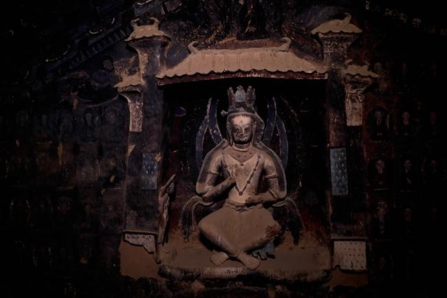 254窟内的佛像已经有多处破损,但修复仍将尽全力保存历史积累的面貌。