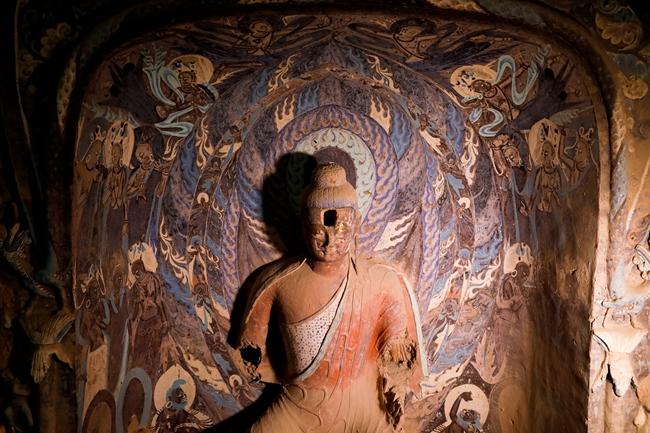 254 窟内的佛像已经有多处破损,但修复仍将尽全力保存历史积累的面貌。