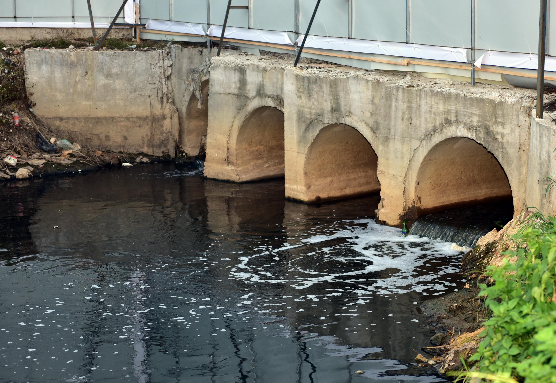 6月16日,广东省普宁市。生活污水、工业废水直排。摄影/章轲