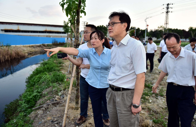 6月16日,广东省普宁市一家小型垃圾焚烧厂被发现非法倾倒危险废物。图为督察人员正准备进厂检查。摄影/章轲