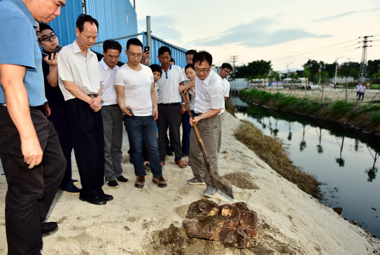 6月16日,广东省普宁市一家小型垃圾焚烧厂被发现非法倾倒危险废物。督察人员将表层土铲开后,锁定证据。摄影/章轲
