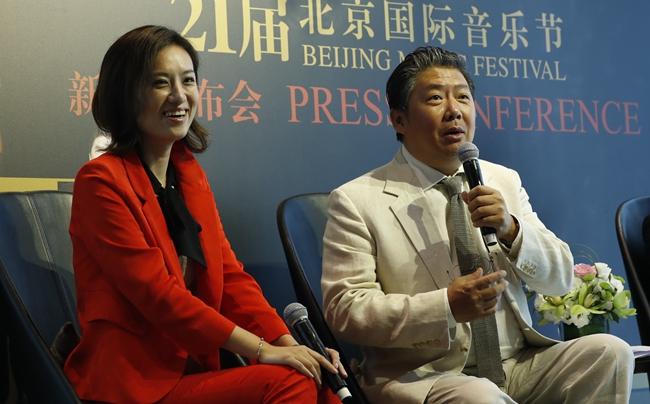北京国际音乐节创始人、艺术总监余隆(右)宣布卸任,接替他职位的,是年轻新锐的女导演邹爽(左)。