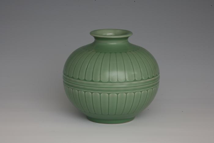 龙泉青瓷烧制技艺国家级代表性传承人徐朝兴作品菊瓣纹瓶