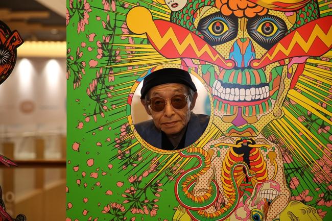 82岁的日本艺术家田名网敬一在展览现场