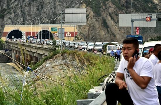 8月7日,在成都通往紅原的路段,由於出現山體滑坡,持續不斷有零星飛石,造成長時間交通擁堵。攝影/章軻