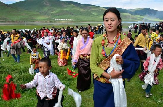 川西北擁有寬廣秀美的草原自然風光、奇異多彩的藏民族風情和博大精深的藏傳佛教文化等,旅遊資源十分豐富。攝影/章軻