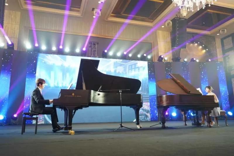 ▲李云迪、武月宁(右)双人两琴合奏