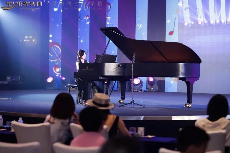 ▲刚考上中央音乐学院的广州赛区专业组总冠军程江子在演奏