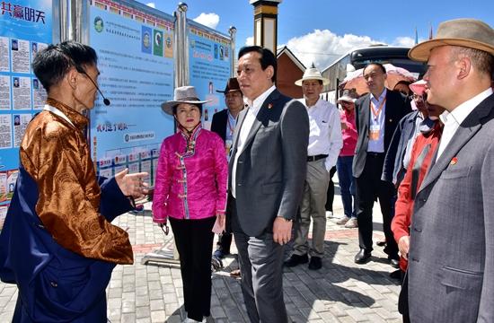 8月8日,國家林業和草原局副局長劉東生到四川省紅原縣更攀農牧民合作社總社調研。攝影/章軻