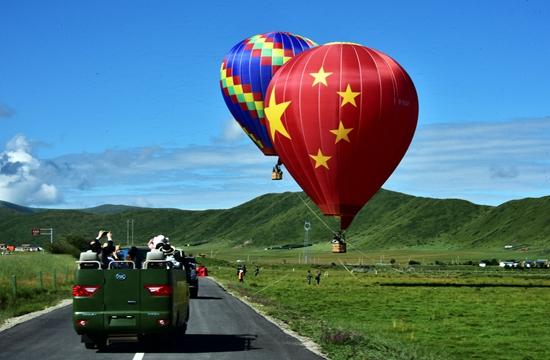 8月8日,大批旅客在四川省紅原縣月亮灣景區遊玩。攝影/章軻