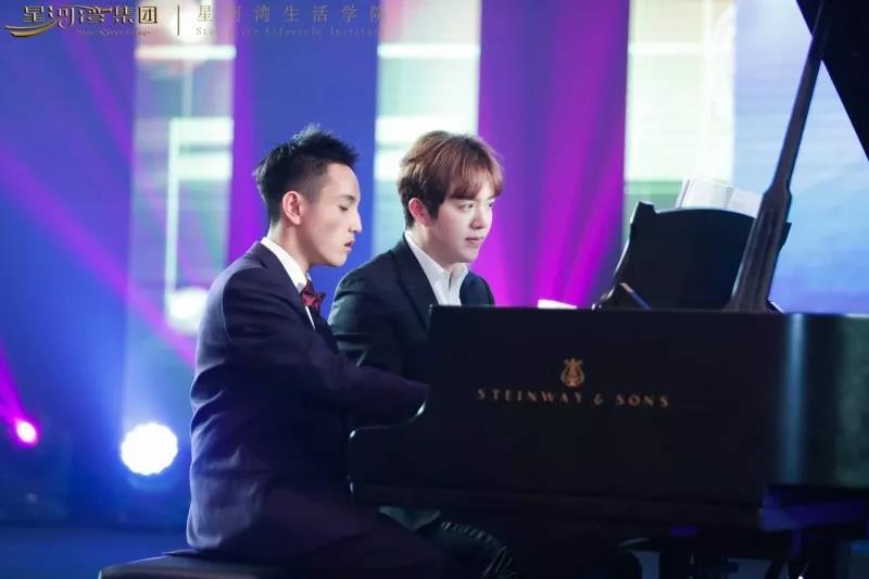 ▲全国人气冠军黄冠华(左)与李云迪四手联弹