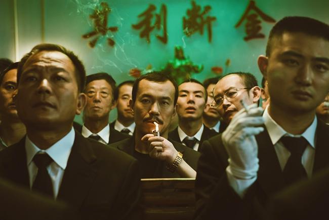 影片男主角斌哥曾叱咤一方,到头来却脑溢血变成偏瘫,女主角巧巧是中国银幕上罕见的集柔软与强大于一身的女人。