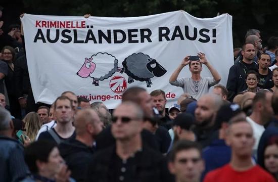 """开姆尼茨的游行队伍,横幅上写着""""犯罪的外国人滚出去""""。来源:网络"""