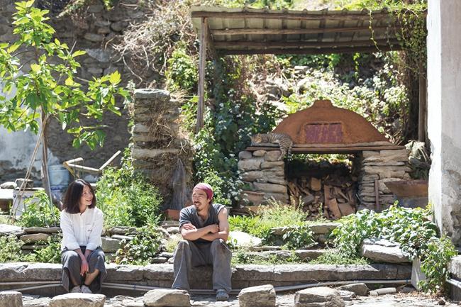 """五年前,苏娅辞掉北京工作,卖掉房,搬迁到大理,认识了浪游至此定居的日本人六。两人常常坐在六自制的""""地球烤箱""""旁聊天,六常常和朋友们用柴火烤制披萨和面包。"""