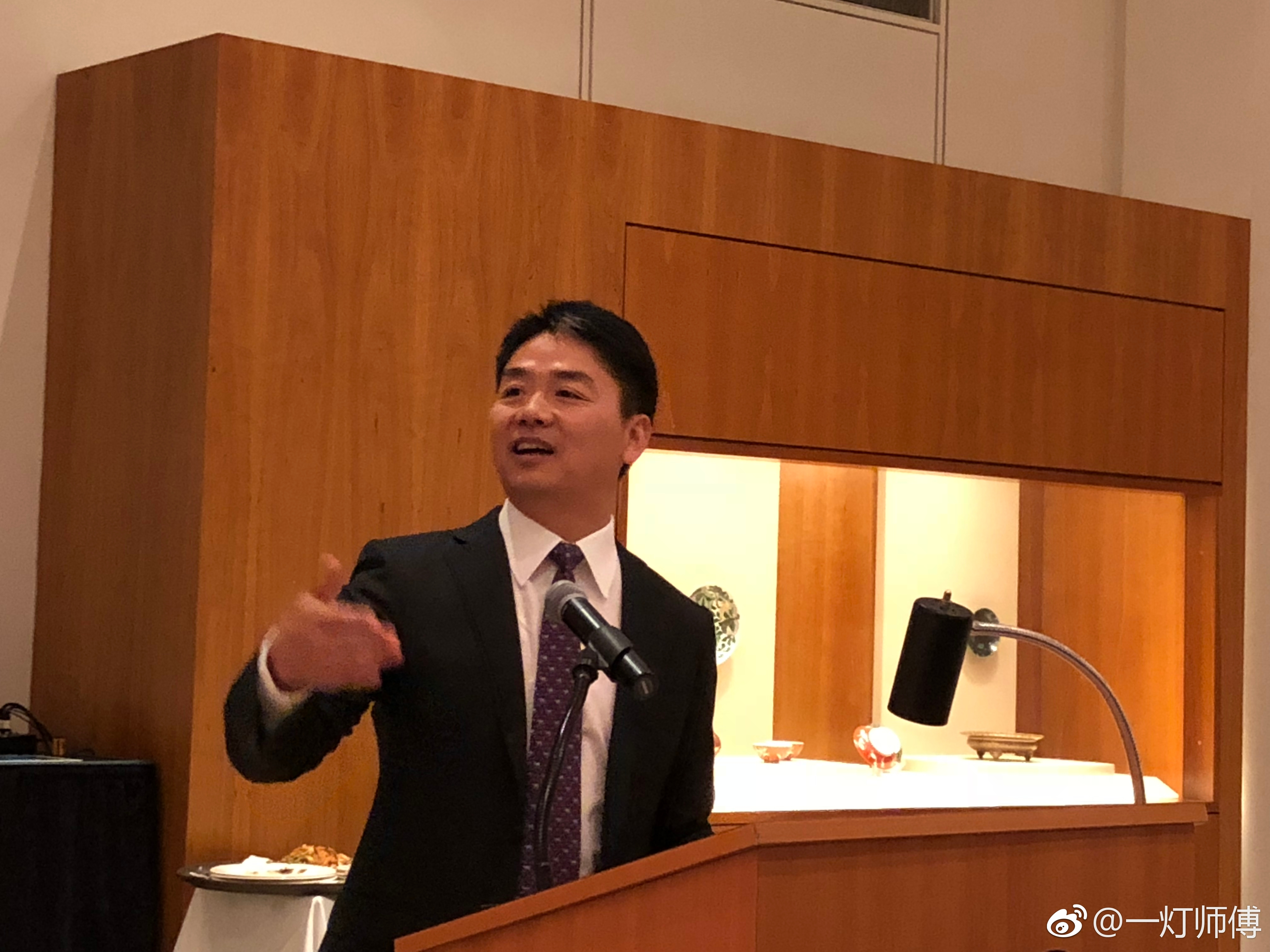 刘强东在明尼苏达大学卡尔森管理学院课的活动上讲话。图自微博