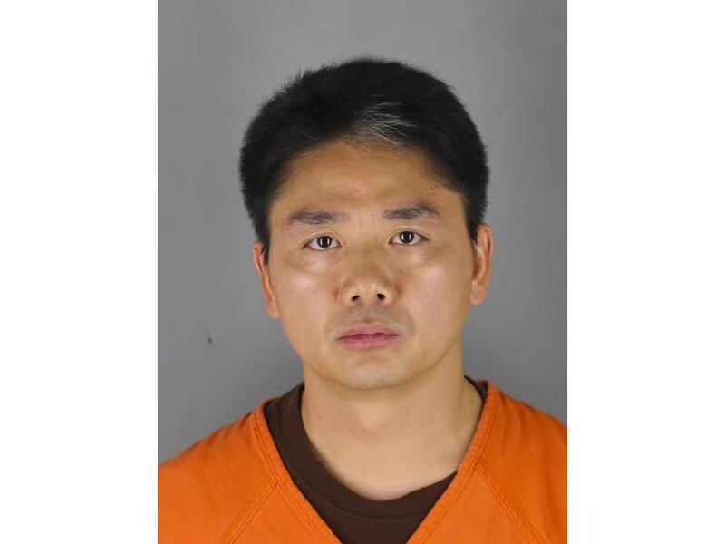 亨内平县警长办公室提供的刘强东穿囚衣照片。