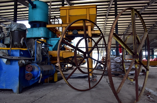 9月6日,位于珲春东北虎国家级自然保护区缓冲区的华通砖厂厂区已变成小工业园,加工多种机械设备。摄影/章轲