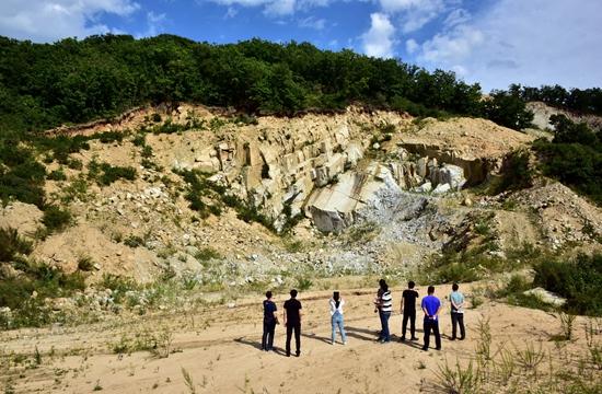 9月6日,位于珲春东北虎国家级自然保护区核心区的板石玉仙采石场。摄影/章轲