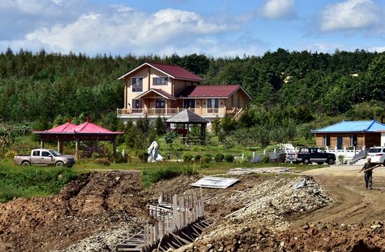 9月7日,位于珲春东北虎国家级自然保护区核心区的一个山庄。摄影/章轲