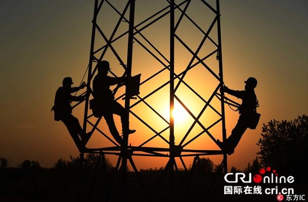 图片默认标题_fororder_(2018年10月1日,安徽省滁州市1100多名电力工人放弃节日休假,坚守一线岗位。东方IC版权图片)