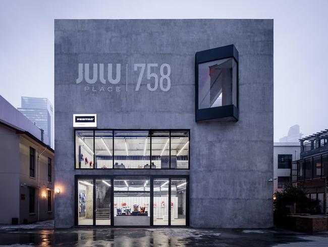 尽管在中国已经拥有22家零售商店铺,但巨鹿路的新店是 Freitag在国内的第一家专营店。 摄影/Peter Dixie