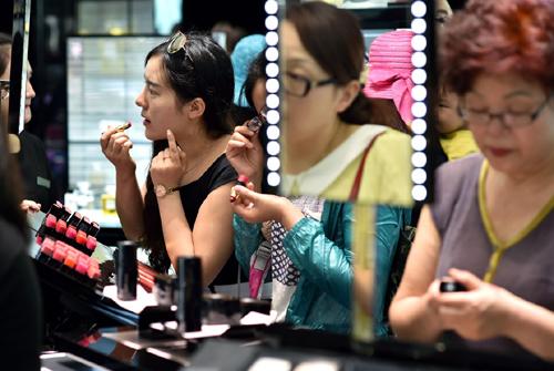顾客在三亚海棠湾免税店选购化妆品