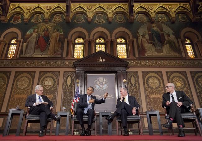 """2015年5月,罗伯特·普特南(右二)与当时的美国总统奥巴马一起作为特邀嘉宾,出席在华盛顿乔治城大学举行的天主教及新教福音派""""消灭贫困""""高峰论坛。"""