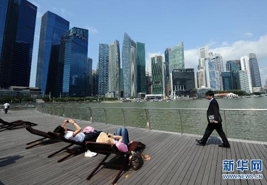 游客在新加坡滨海湾金融中心一带小憩。来源:新华社