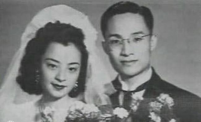 金庸一生有三次婚姻。24岁时,与出身中产阶级家庭的杜冶芬结婚。