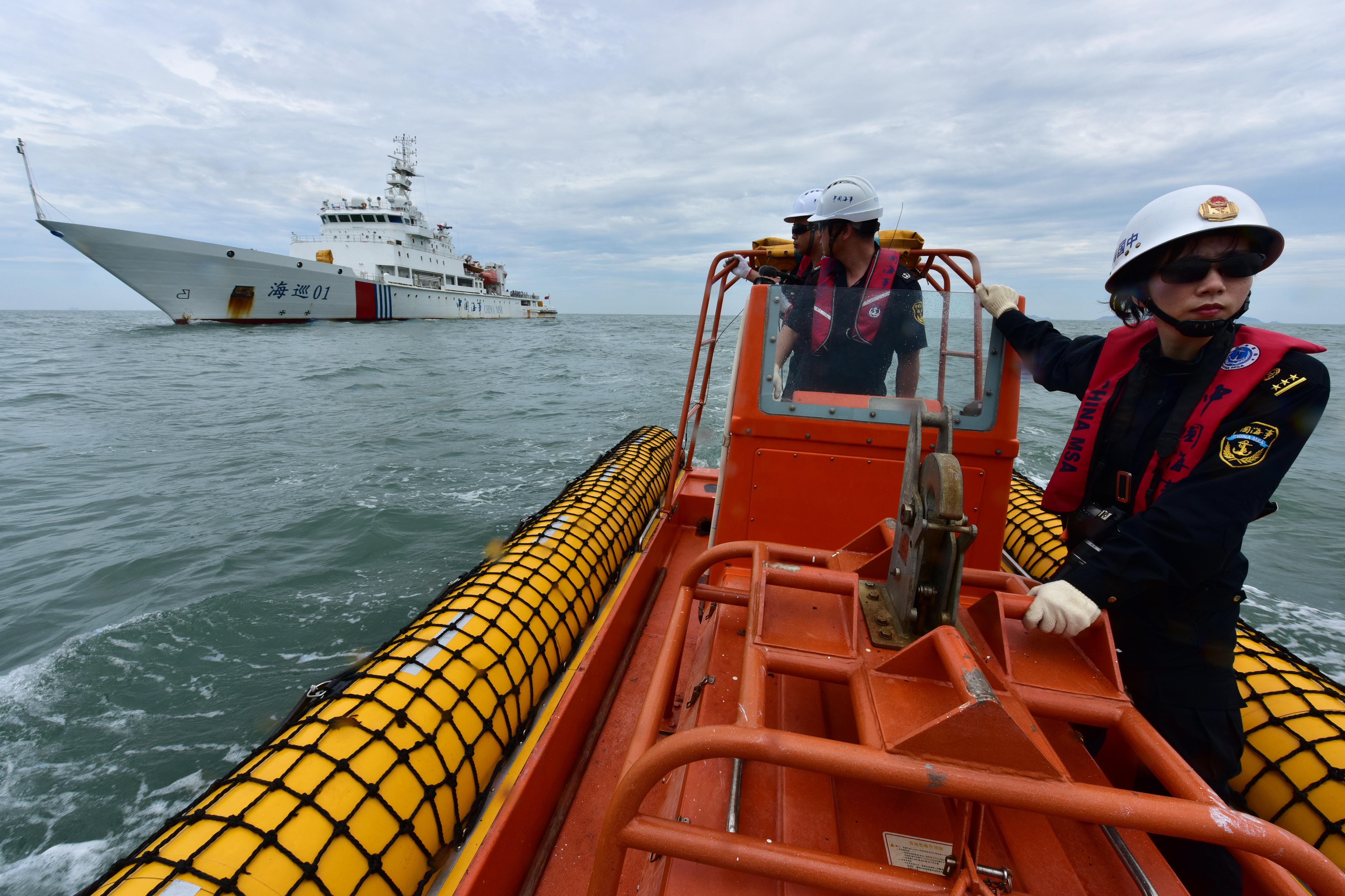"""""""海巡01""""轮救助艇正火速赶往救助地点。摄影/章轲"""