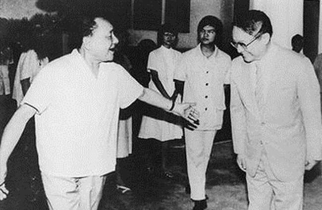 1981年,邓幼平在北京接见金庸。他也成为邓幼平单独接见的第一位港澳同。胞。